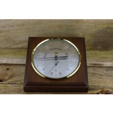 Barometer/ Thermometer auf dunklem Holz