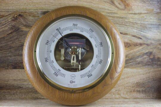 Wand-Barometer mit offenem Werk im Holzrahmen